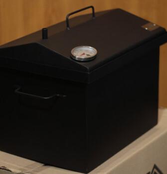 """Коптильня для горячего копчения с крышкой """"Домик"""" (400 х 300 х 310) окрашенная с термометром"""